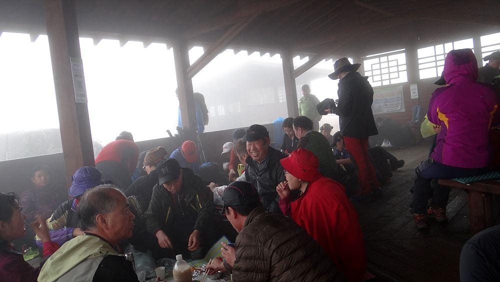장불재 쉼터에서 쉬고 있는 등산객들