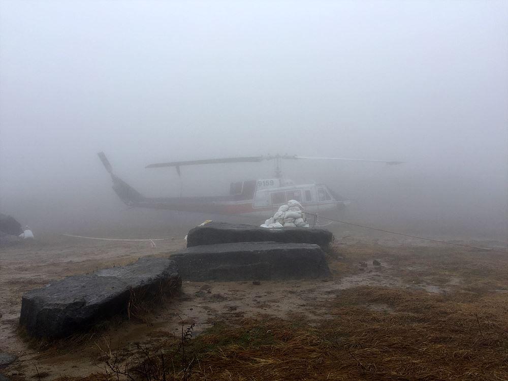 안개 속에 모습을 드러낸 장불재에서 만난 헬리콥터