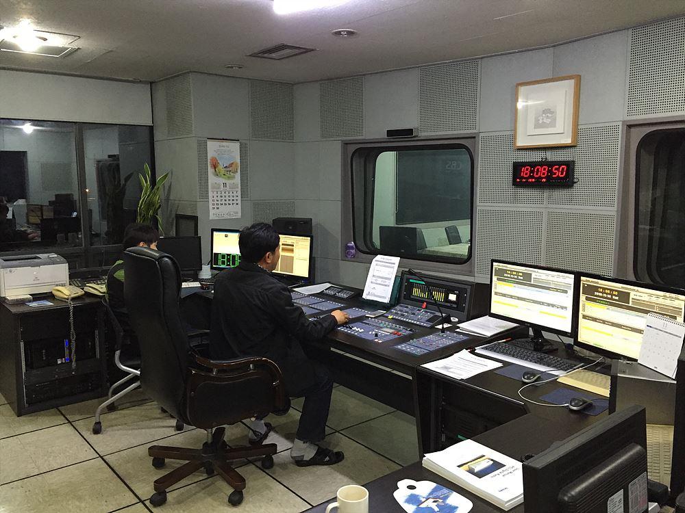 광주국 연주소에서 뉴스 생방송 진행 중인 임병호 엔지니어