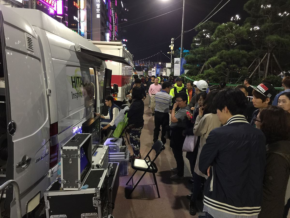 4K&HD 하이브리드 중계차량을 구경하는 시민들