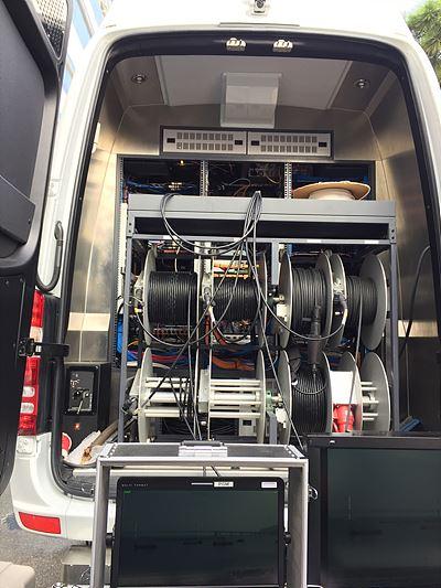 실용적이면서 고급스러운 차량 내부 인테리어와 앞자리 조수석에 마련된 오디오 관련 장비, 후방에 설치된 자동 드럼