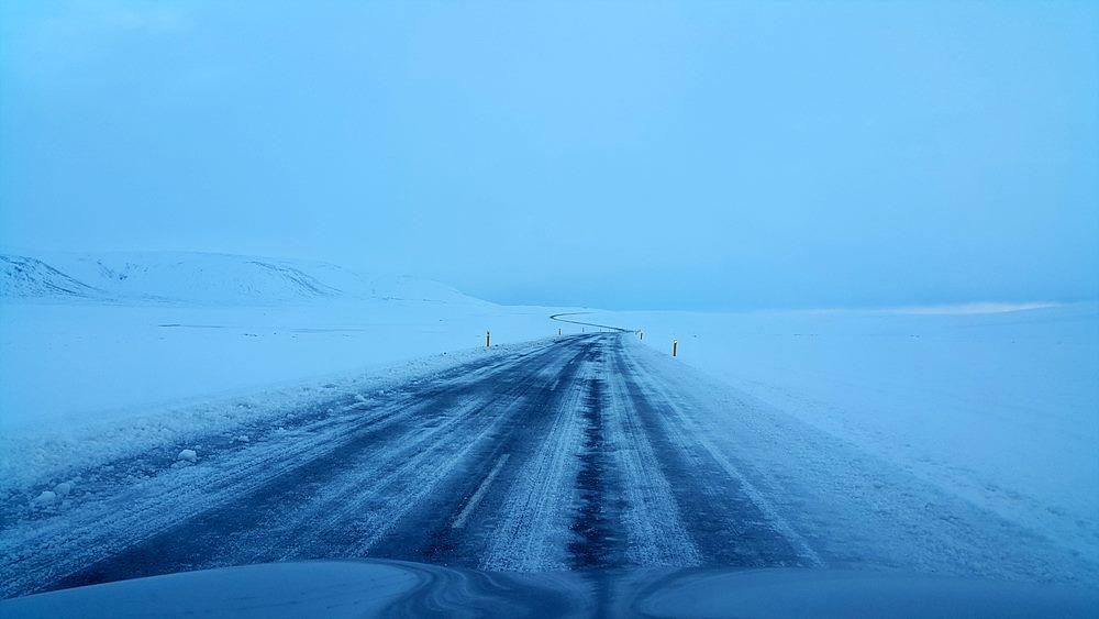 눈이 얼어 빙판이 된 도로 상황