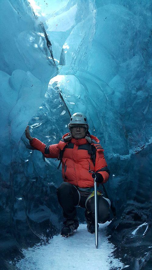 빙하 동굴에서 필자