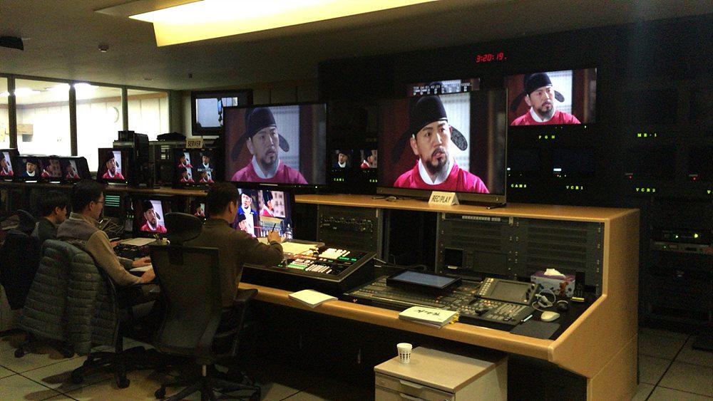 KBS 수원 드라마 제작센터 내 부조정실에서 제작진들이 첫 스튜디오 촬영을 진행하고 있다