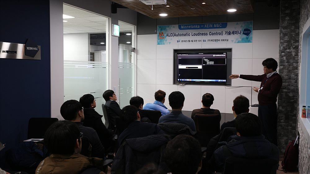 Minnetonka의 라우드니스 솔루션을 통한 시연 중인 최규범 재인엠엔씨 차장