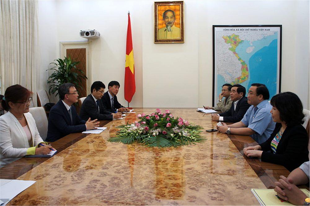최성준 방송통신위원장이 베트남을 방문해 뷔 딕 댐 부총리와 면담을 하고 있다.
