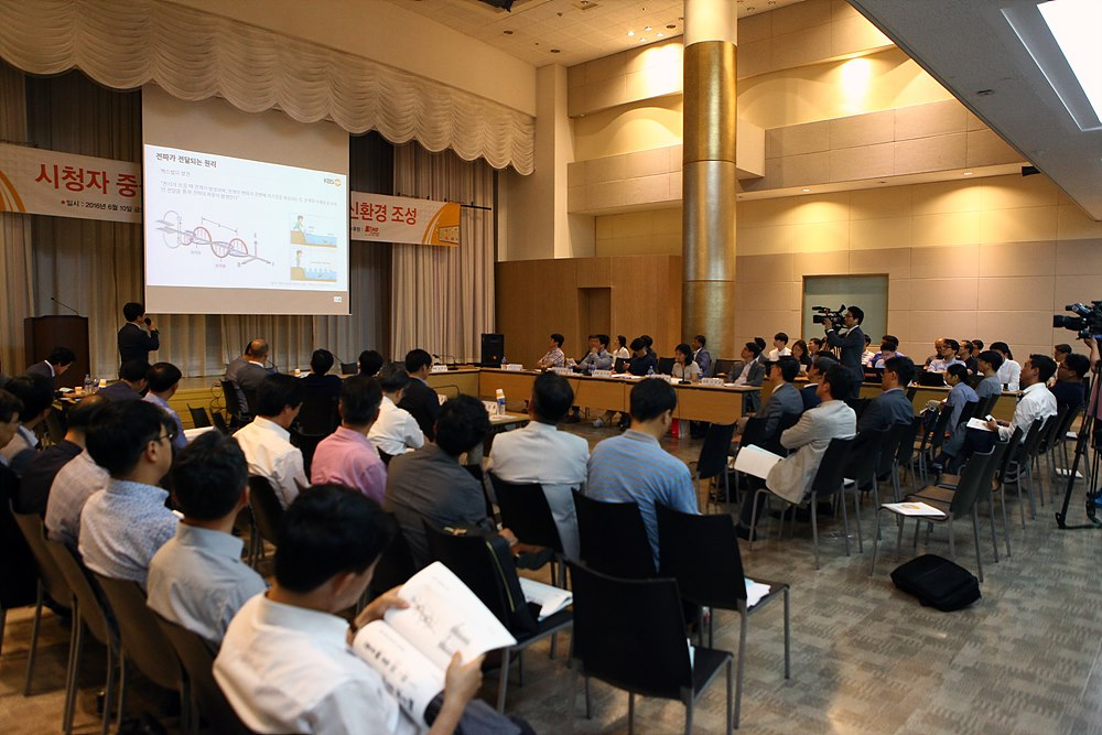 UHDTV 안테나 내장 가능성을 위한 기술적 배경에 대해 설명 중인 서영우 KBS 미래기술연구소 팀장