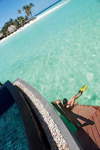 워터빌라 개인수영장에서 바다로 연결된 모습