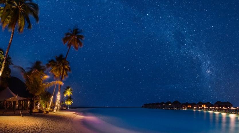 몰디브의 밤하늘 – 건기(11월~3월)에 몰디브를 여행한다면 이 같은 밤하늘을 볼 수 있다. 마치 별이 나를 향해 쏟아지는 느낌이라고 한다. 6월은 우기라 구름이 많아 사진과 같은 밤하늘을 볼 수 없었다. (다행히 여행 기간 동안 비는 오지 않았다.)