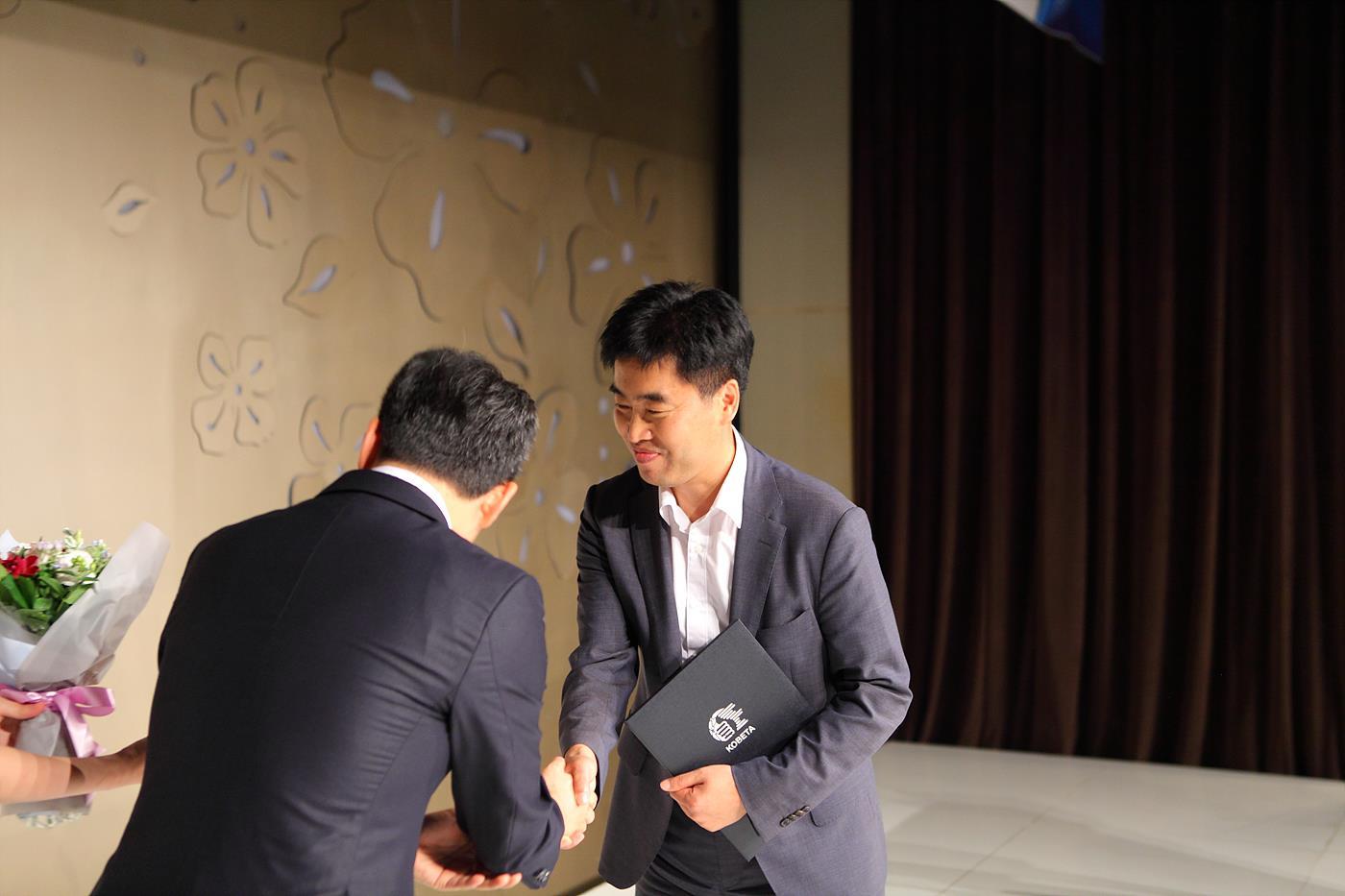 연합회 집행부 대표로 공로패를 수상 중인 박종인 사무처장