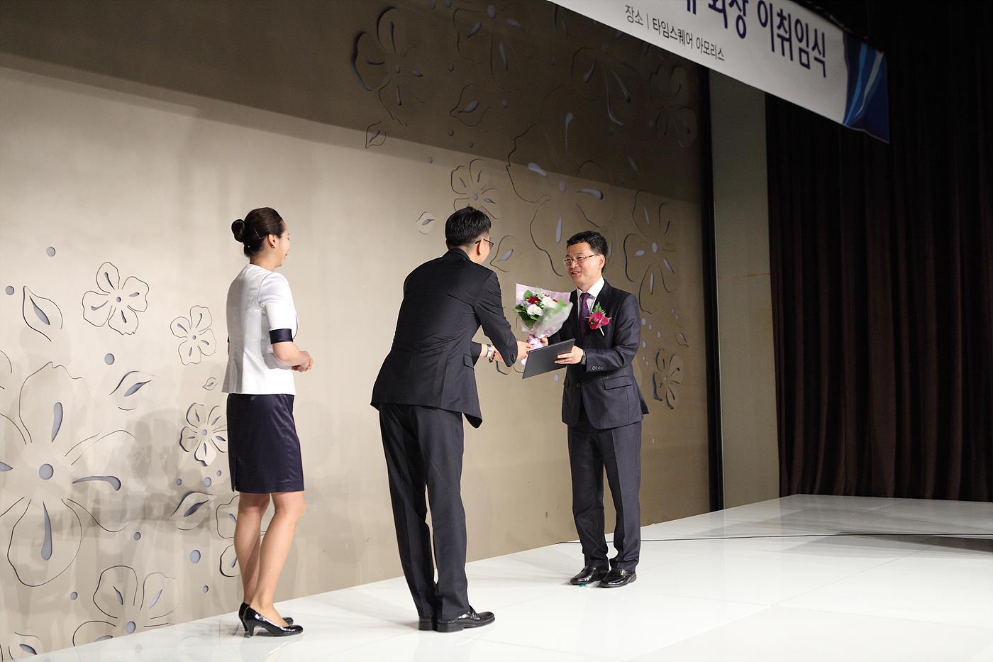 이후삼 전 회장에게 감사패를 수여 중인 박종석 신임 연합회장