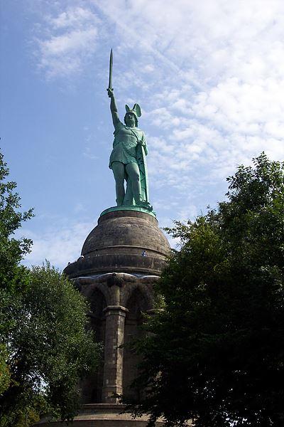 토이토부르거 숲 전투 당시 게르만족의 지휘자인 아르미니우스(독일이름 헤르만)의 기념비 / 출처 : wikipedia