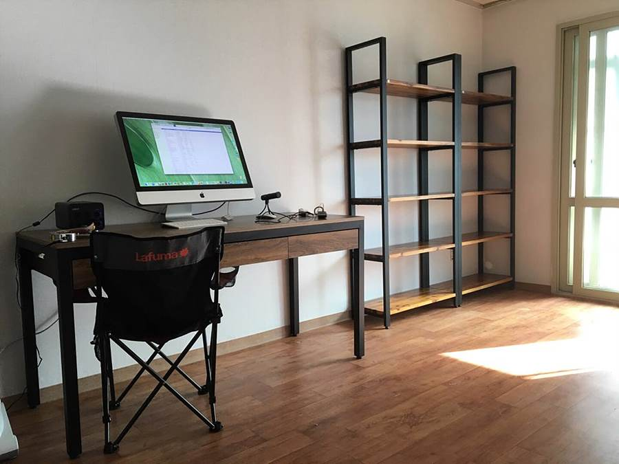 나름 신경 써서 구입 한 책장과 책상