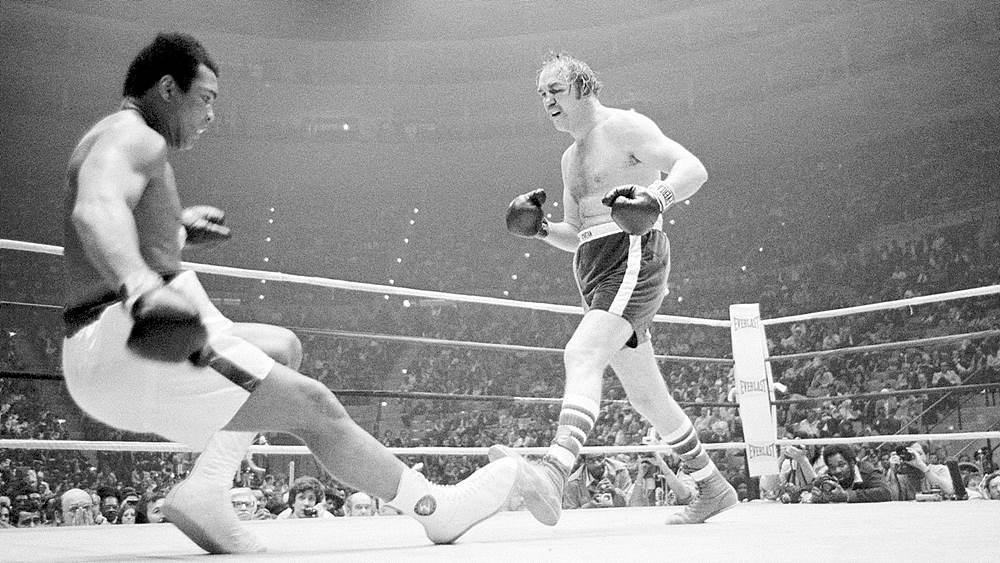 헤비급 세계 챔피언 무하마드 알리와 경기 중인 척 웨프너, 1975년 / 출처 : www.selasar.com