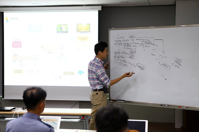 디지털 비디오 신호의 이해와 에러 및 측정 시연을 진행한 은탁기 KBS 제작시설부 차장
