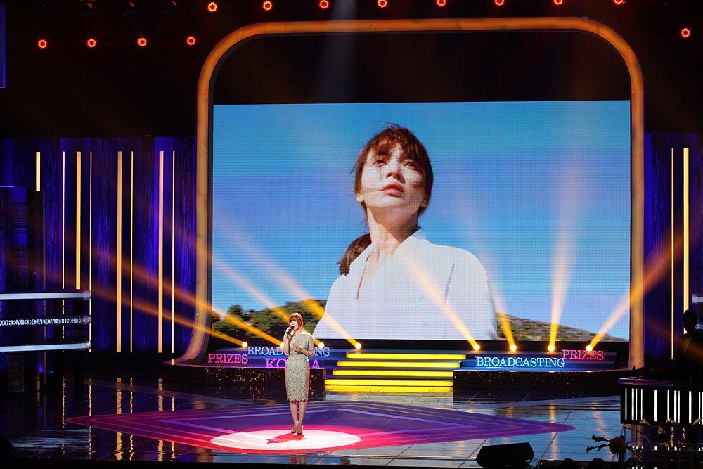 축하공연에서 KBS  OST 'You Are My Everything'을 노래하는 가수 거미