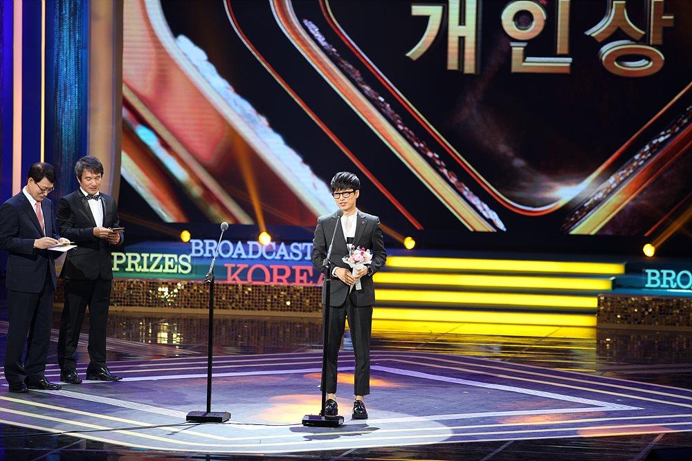 국카스텐 보컬 하현우는 MBC 복면가왕에서 9연승과 많은 호응을 얻어 개인상 분야 가수상을 수상했다