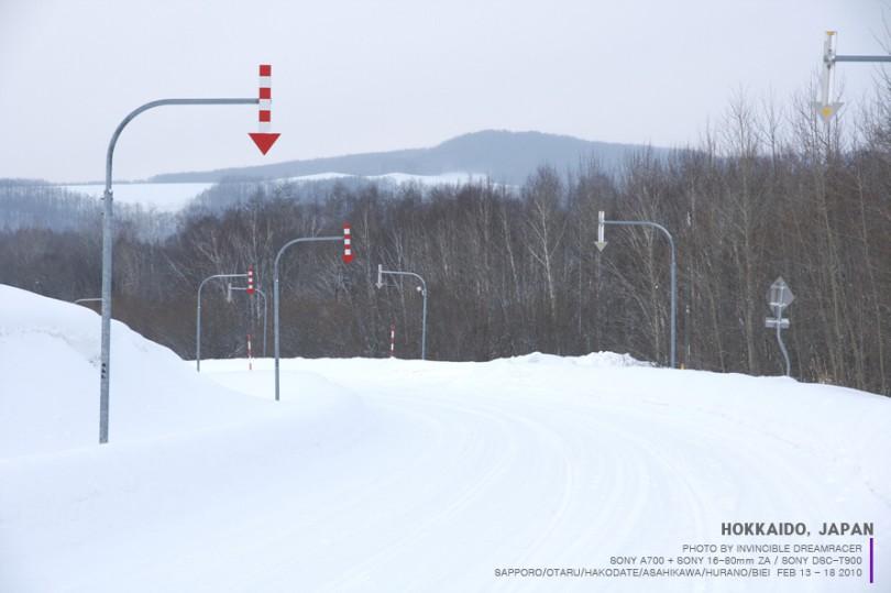겨울에는 눈이 많이 쌓여 도로 화살표가 없이는 운전이 힘들다