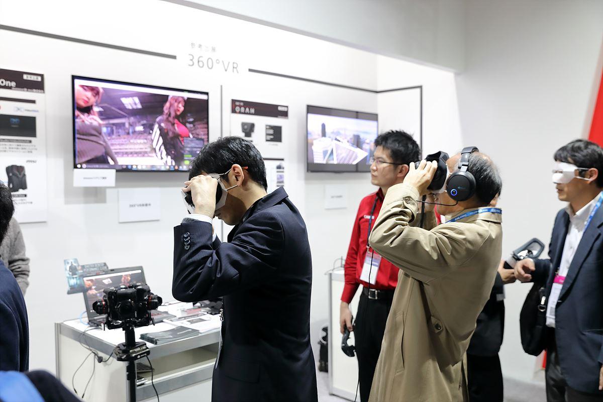 Canon의 VR을 체험해 보는 관람객들