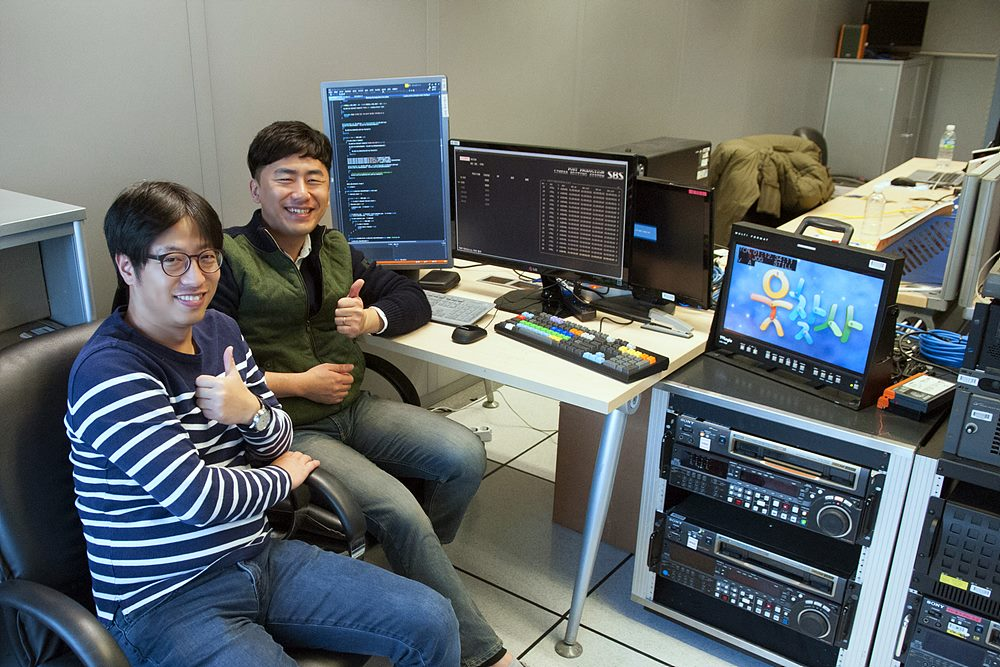 그림 3. SBS 편집기술팀 개발실(?)에서, 개발자 한광만(좌)과 조영훈(우)