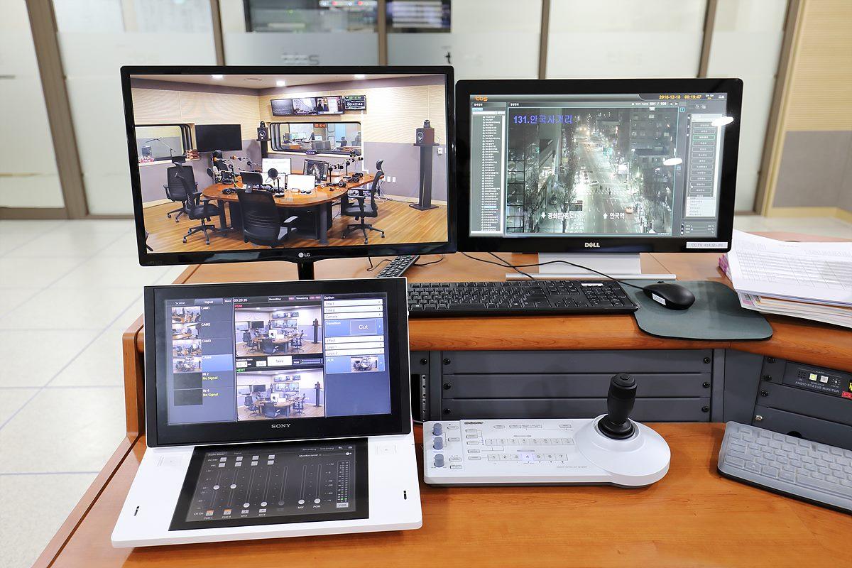 그림 6. 보이는 라디오 시스템과 서울시내 CCTV 화면