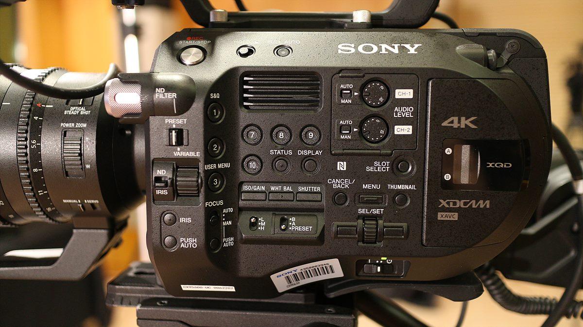 PXW-FS7 Ⅱ의 좌측면 촬영 버튼들로 가득차 있다