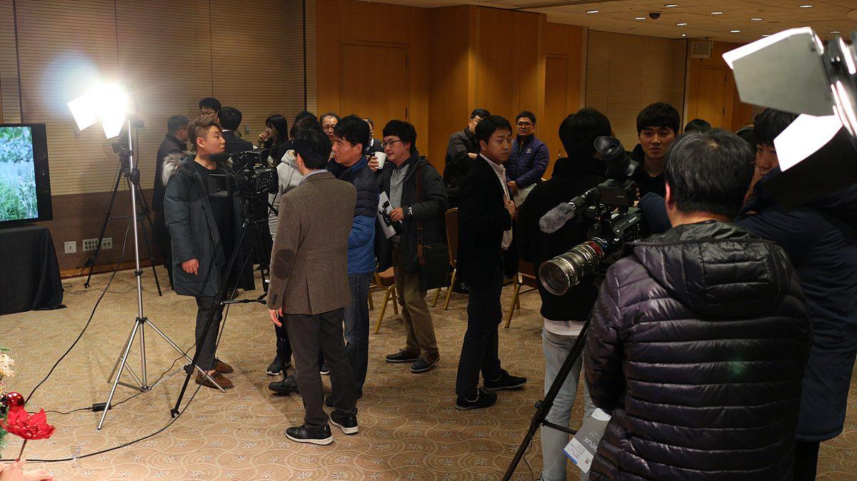 촬영존에서 PXW-FS7 Ⅱ를 체험 중인 참석자들