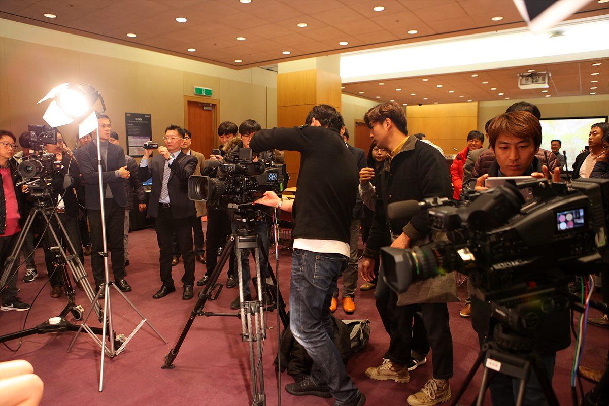 촬영존에서 PXW-Z450를 체험 중인 참석자들