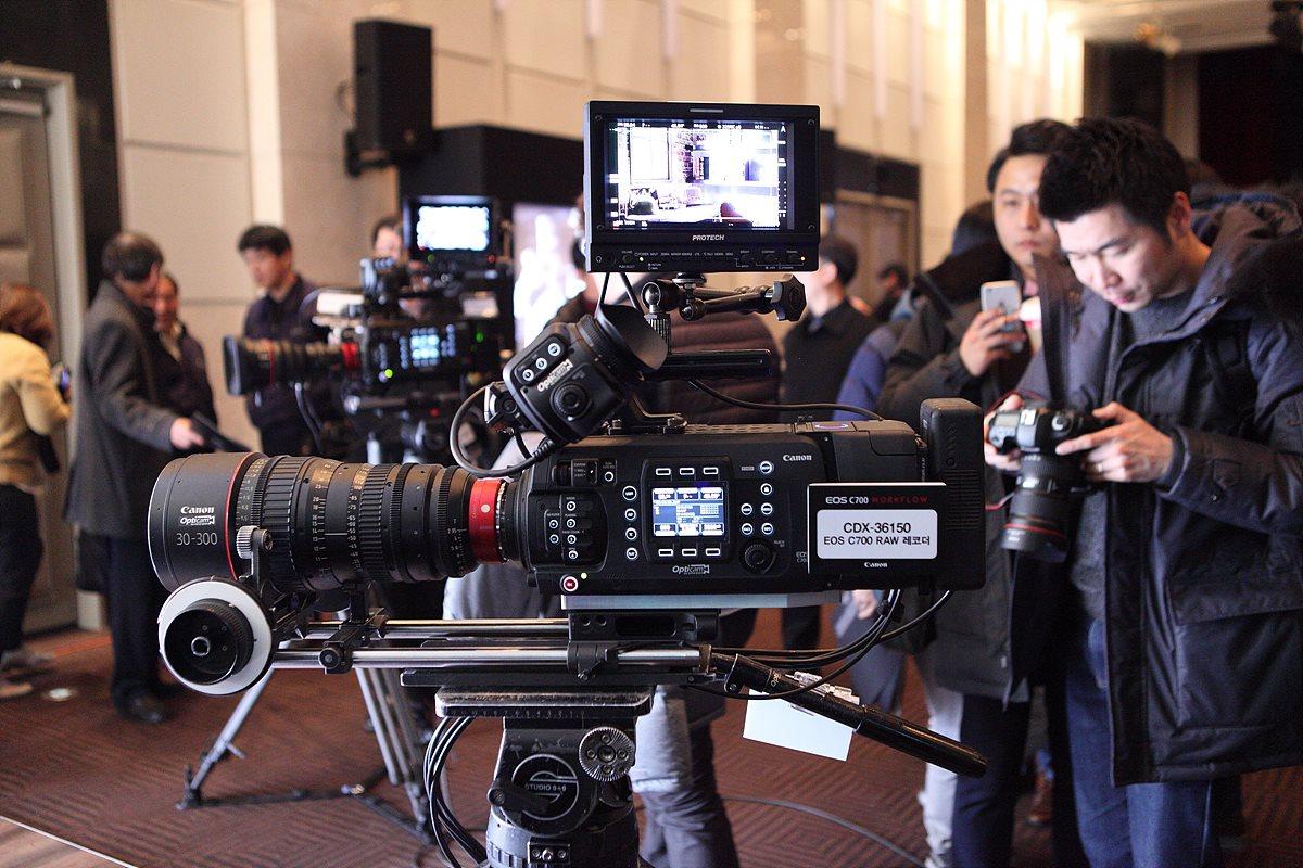 C700 PL 카메라와 CDX-36150 Codex RAW 레코더, 30-300mm 시네마 렌즈 전시