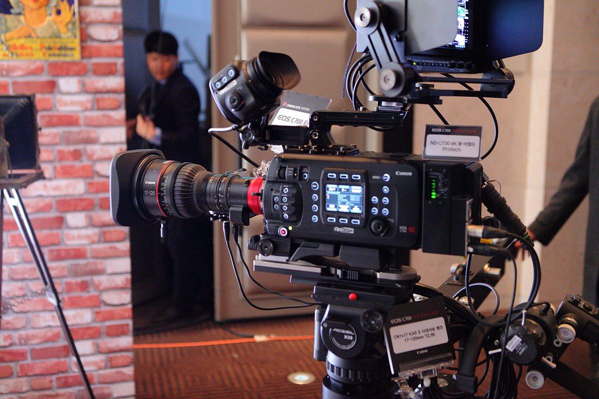 C700 EF 카메라와 17-120mm 시네서보 렌즈, 디멘더, Protech 4K 광 어댑터 전시