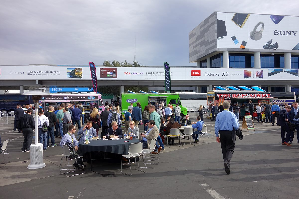 전시장 밖에서 푸드트럭을 이용해 간단히 점심식사를 하는 모습. 전시장 안에도 식당이 몇 군데 있으나 사람들이 많아 붐빈다.