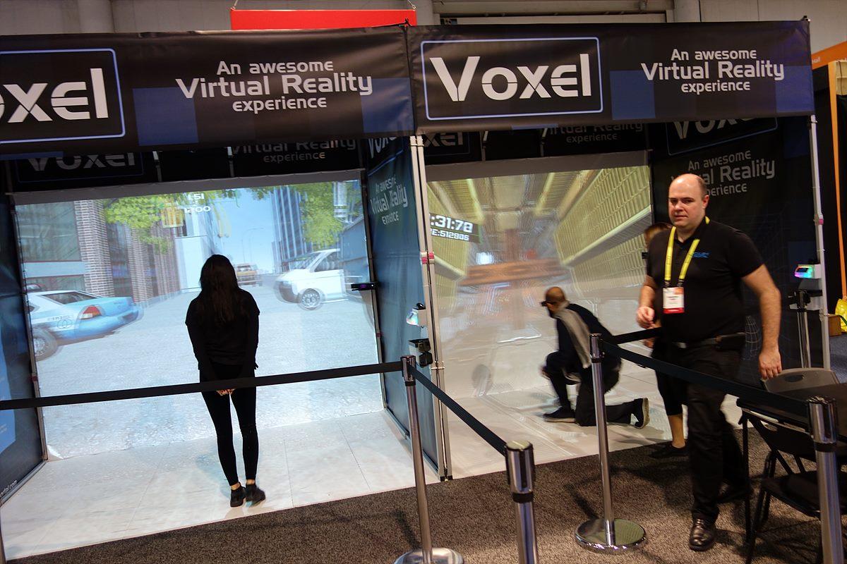▲ ANTVR(중국)과 Voxel(프랑스)의 VR - VR 기기를 통해 게임과 가상현실을 체험하고 있는 모습이다.