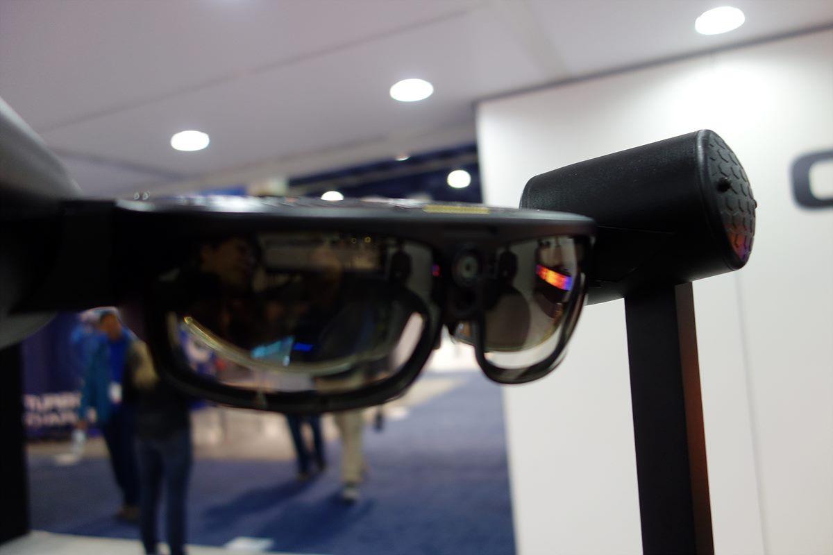 ▲ ODG(미국)의 스마트 안경 - 스마트 안경을 쓰고 특정 위치를 응시하면 홀로그램처럼 입체영상이 나타난다. 좀 더 발전된 증강현실(AR) 기술이다.