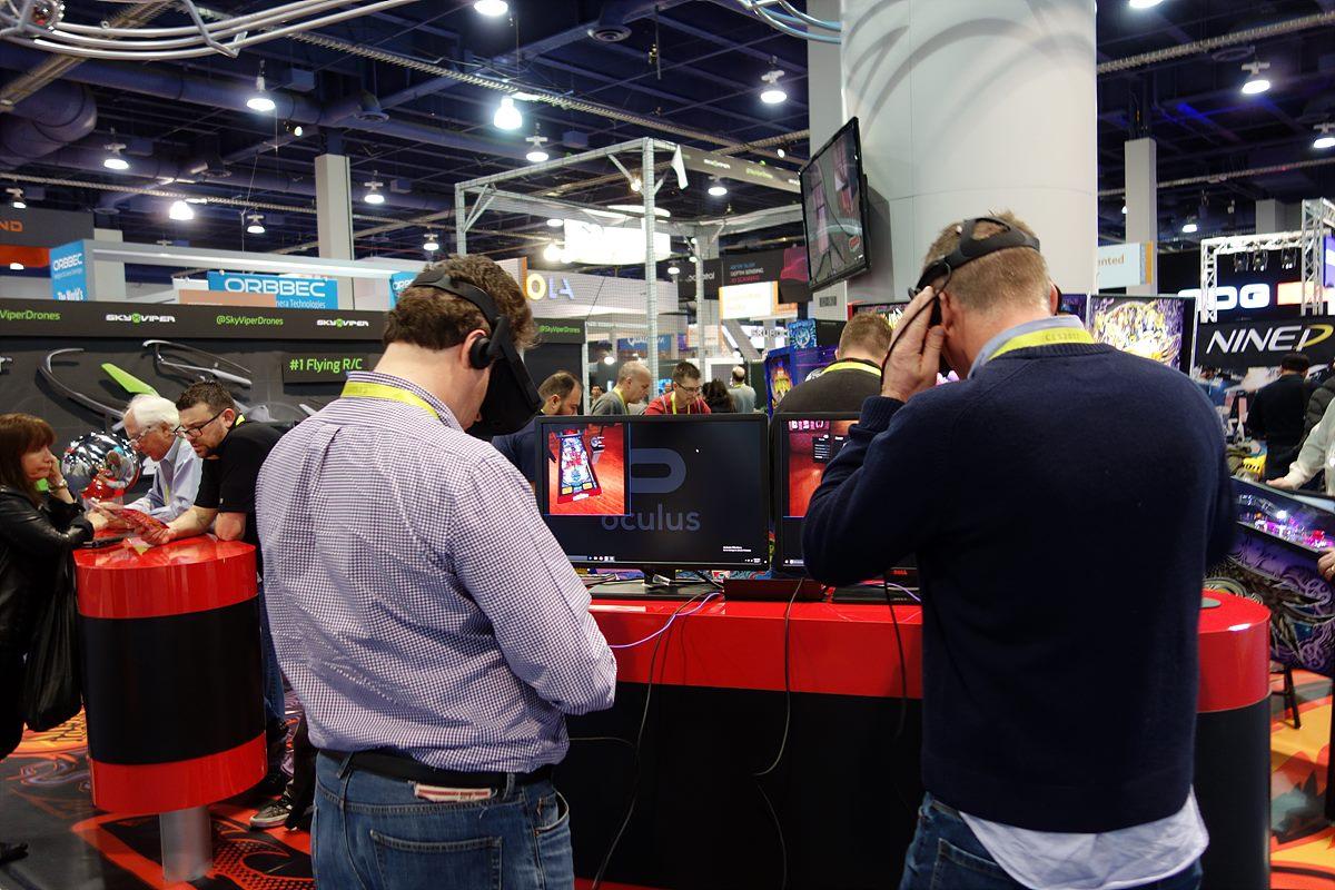 ▲ Panasonic과 Oculus 전시장에서 VR을 체험하고 있다.