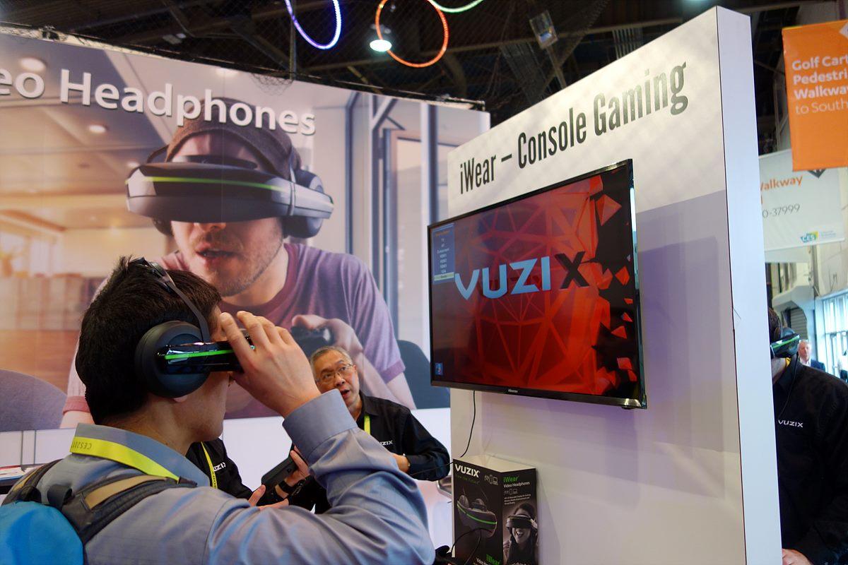 ▲ DisplayLink와 Vuzix 전시장에서 VR 게임을 하는 모습