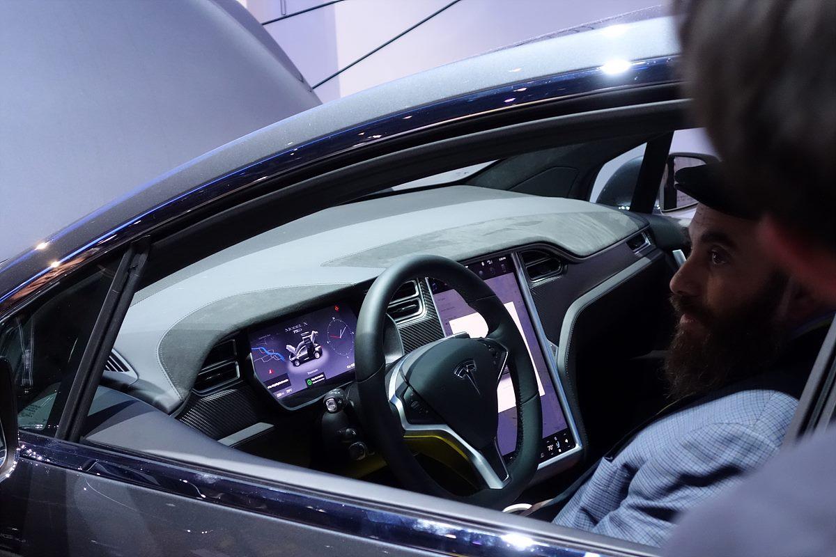 ▲ 테슬라의 새로운 전기 자동차 SUV - 엔진룸 자리에는 아무것도 없이 비어있고, 운전석에는 모니터가 있으며 엔진 차량의 계기판과는 확연히 다르다. 한번 충전으로 400km를 운행할 수 있다고 한다.