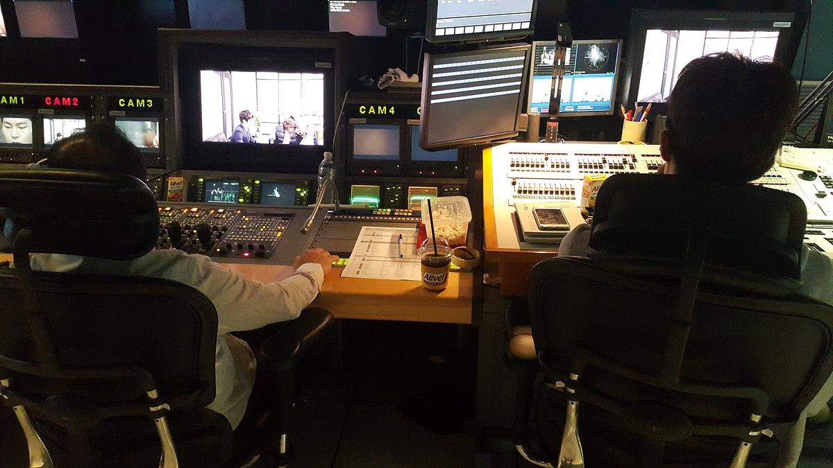 영상 데스크(왼쪽) 및 조명 콘솔(오른쪽) 조명과 영상은 드라마의 그림을 만들기 위해 많은 대화를 나누기 때문에 부조정실 설계 시 근접한 곳에 자리함