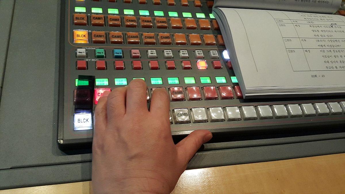 기술감독 스위처 커팅 장면 기술감독은 연출자의 오른쪽에서 왼손으로 작업한다.