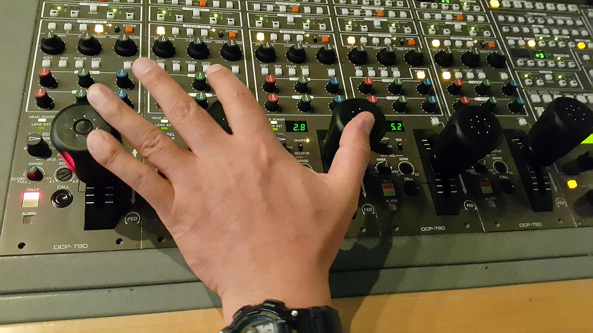 아이리스(조리개) 조정 중인 영상감독 드라마에서는 3~5대의 카메라를 사용하는데 한 손으로 2대 이상의 카메라 조리개를 조정하기도 함