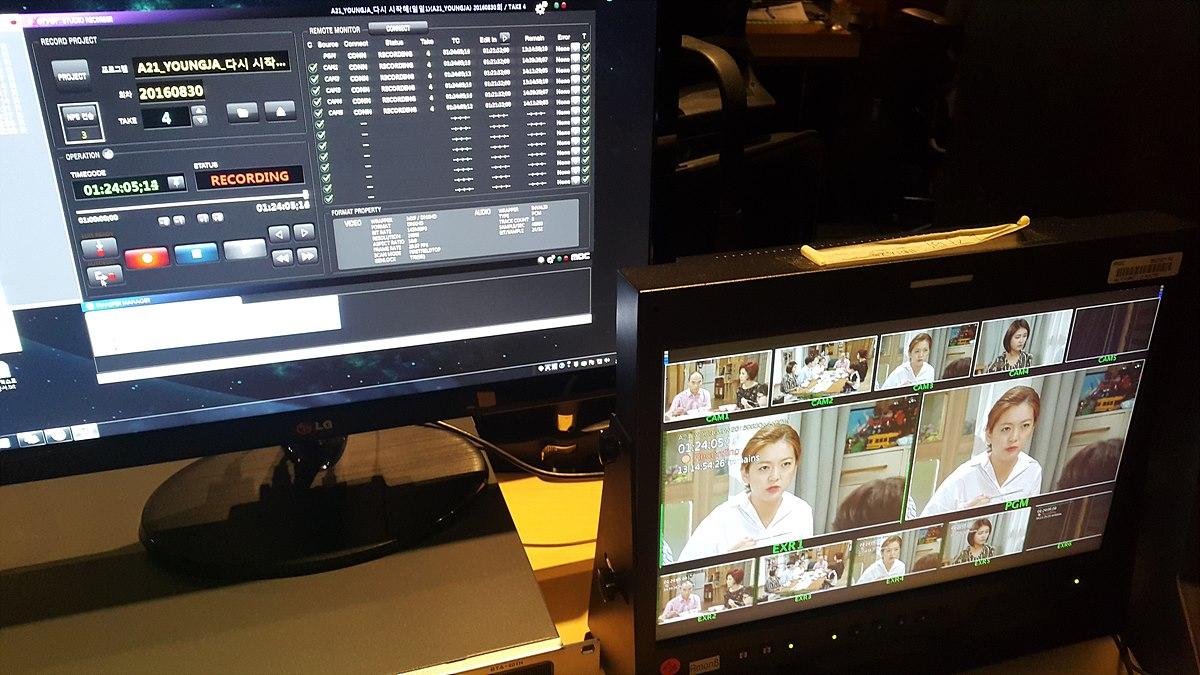 서버 녹화 장면 상단 모니터에 드라마의 제목과 녹화 중을 나타내는 붉은색 RECORD 표시가 보임