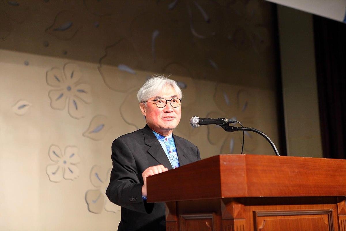 지난 2016년 7월 22일 제24・25대 회장 이취임식에서 축사 중인 안덕상 초대연합회장