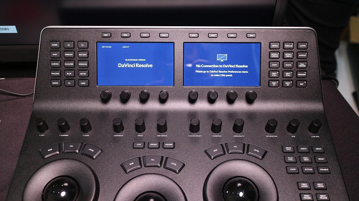 Mini Panel 외관, 두 개의 LCD창과 버튼, 노브들이 Micro Panel에 비해 추가되었다