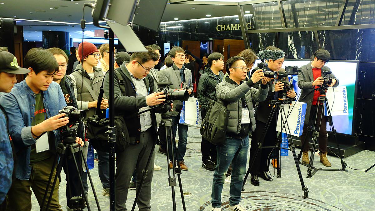포토 촬영존에서 GH5를 경험하는 참석자들