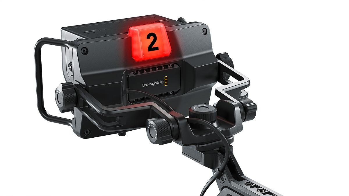 Blackmagic URSA Studio Viewfinder - 고휘도 7인치 화면에 커다란 손잡이와 다양한 강도로 조절할 수 있는 선회축 나사가 있어 생방송 중에도 뷰파인더의 위치 및 앵글을 부드럽게 조정할 수 있다