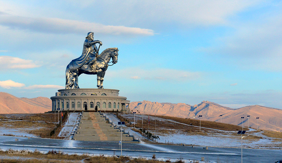 몽골 울란바토르에서 약 50Km 떨어진 전진 불독의 초원지대에 세워진 칭기즈칸 기마상, 높이 총 50m로 2010년 완공되었다. / 출처 : cutterlight.com