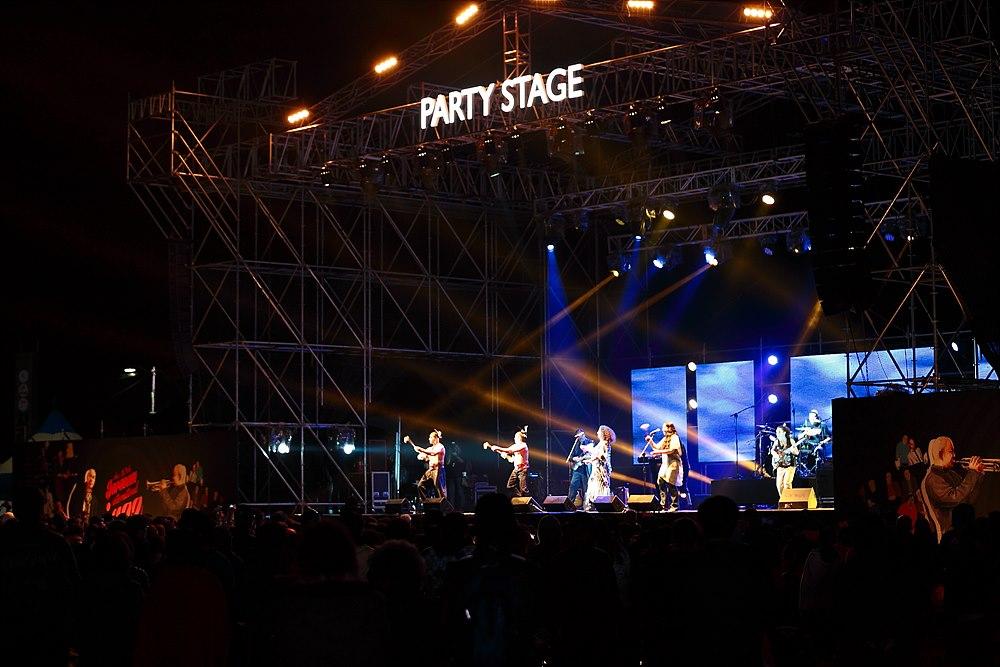 팬사인회와 Party Stage의 공연모습