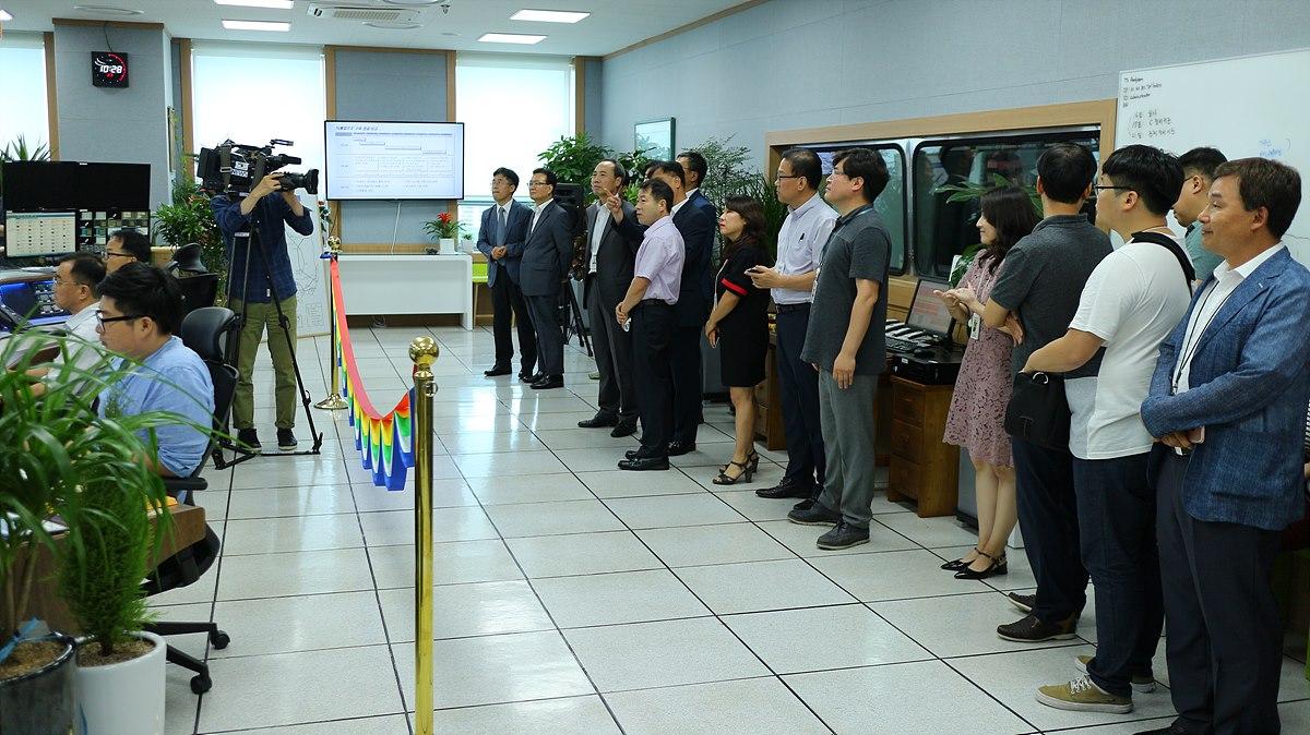 송출 기념식에 참석한 인사들과 직원들