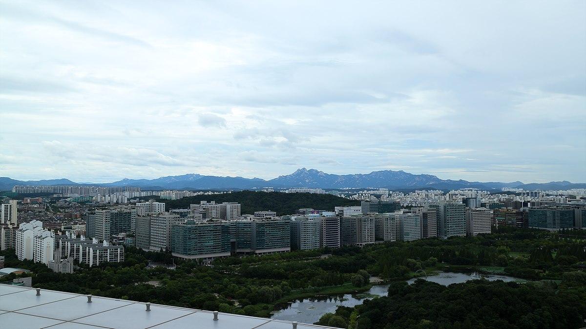 디지털통합사옥 옥상에서 바라본 전경, 멀리 북한산의 풍경이 펼쳐진다