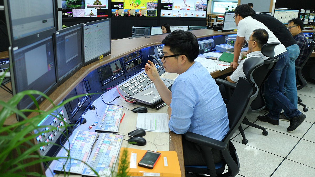 TV통합주조 상단 - 근무자의 시선 높이에 맞춘 주조정실 운용 공간
