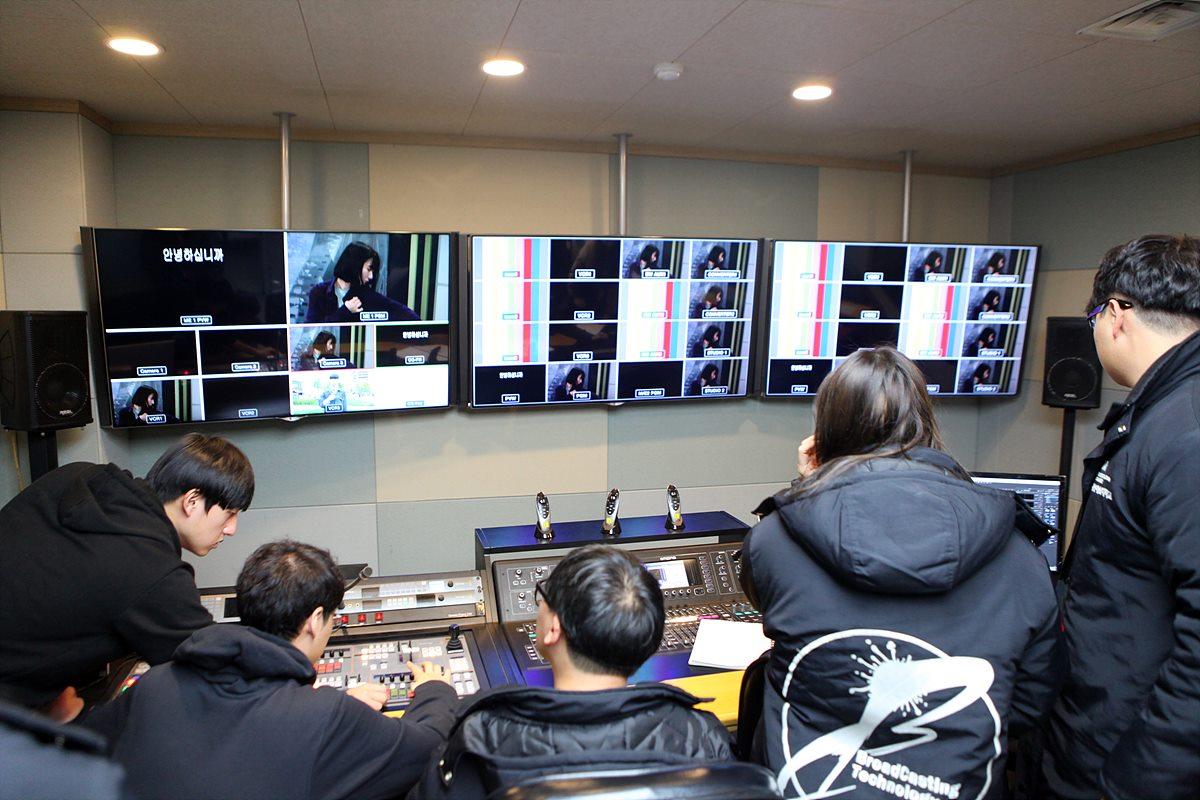 학생들의 실습이 이뤄지고 있는 UHDTV 스튜디오, 방송장비도 학생들이 직접 운용하여 실습 중이었다